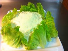 Ensalada rusa con cerco verde de chispilla