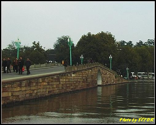 杭州 西湖 (其他景點) - 136 (從白堤上回望西湖十景之 斷橋及北山路)