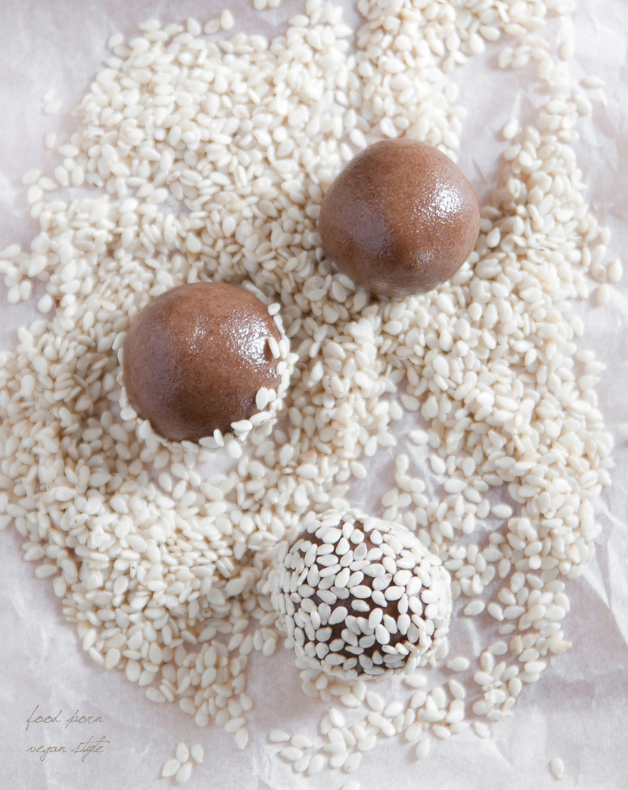 Simple sesame truffles with carob