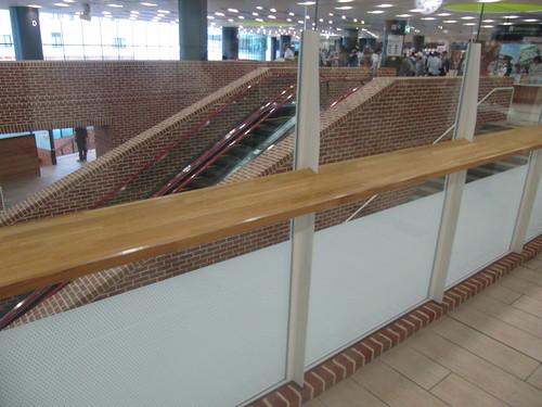 函館競馬場の馬券売り場近くにある机