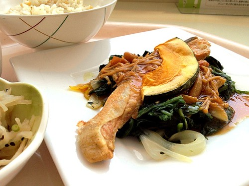今日の社食は鮭のムニエル。キノコレモンバターソース。540円。