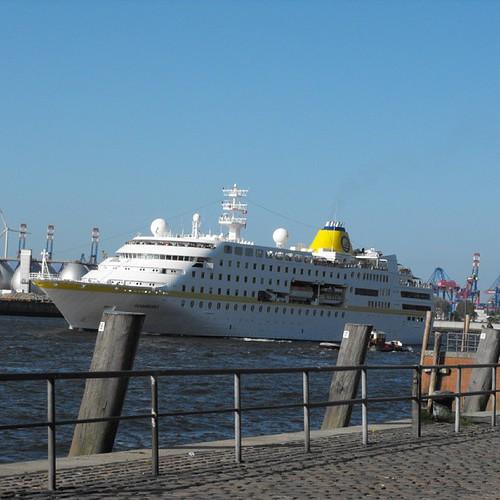 Hamburg coming into dock by chrisLgodden