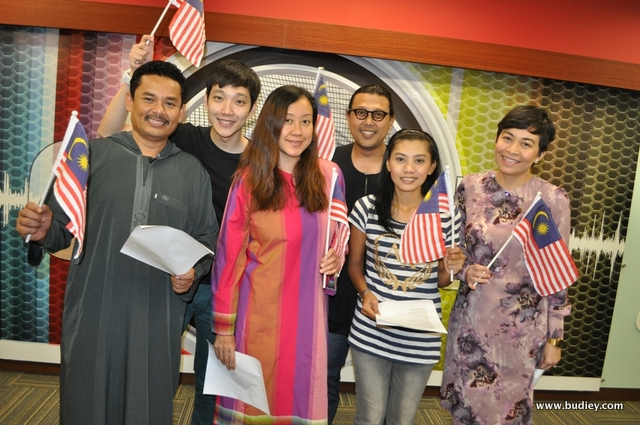 Halim Othman, DJ Lin, Seri, Wan Ajaib, Zaff dari Suria FM dan Jeremy dari Red FM ketika menyanyikan lagu 'Mulanya Disini'