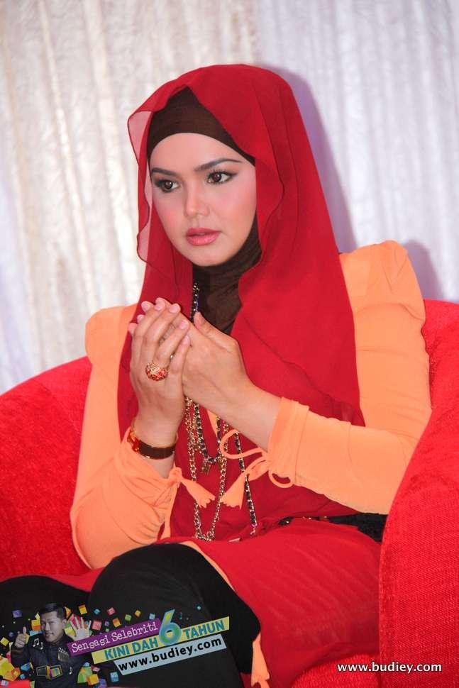 Gambar siti nurhaliza di pelancaran muzik video lagu galau for Siti di foto