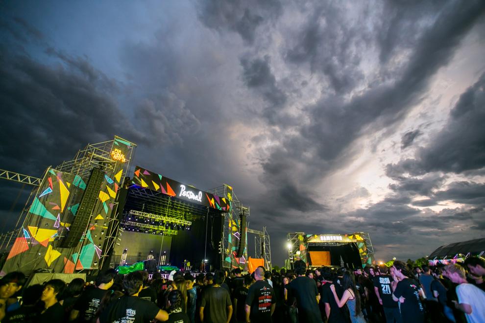 El cielo parecía descomponerse antes del inicio del concierto, sin embargo el clima terminó favoreciendo para que el evento pueda disfrutarse con un agradable fresco. (Tetsu Espósito)