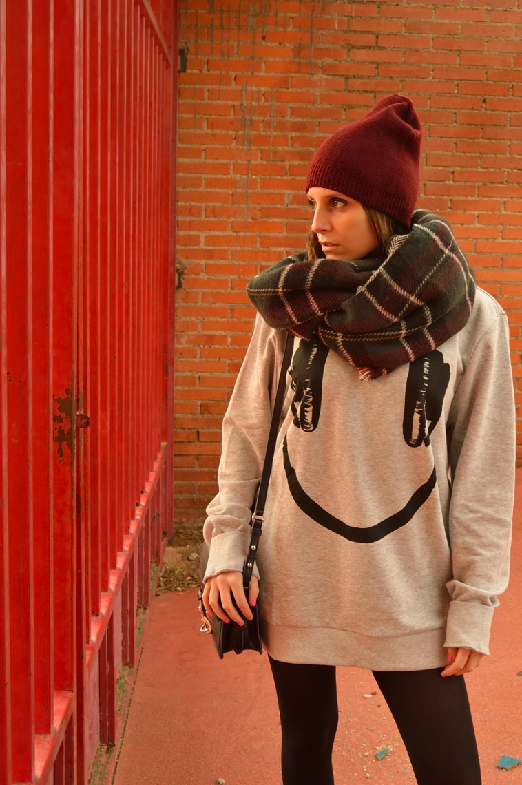 lara-vazquez-madlula-style-chic-burgundy-beanie-headphone-smiley-tartan-foulard