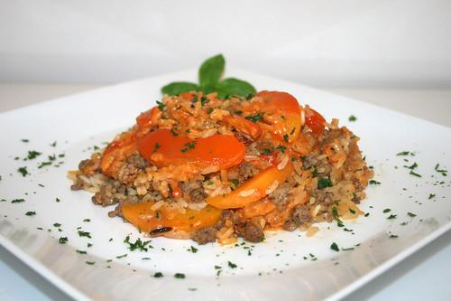 37 - Reisauflauf mit Pfirsichen & Hackfleisch - Seitenansicht / Rice casserole with peaches & ground meat - Side view