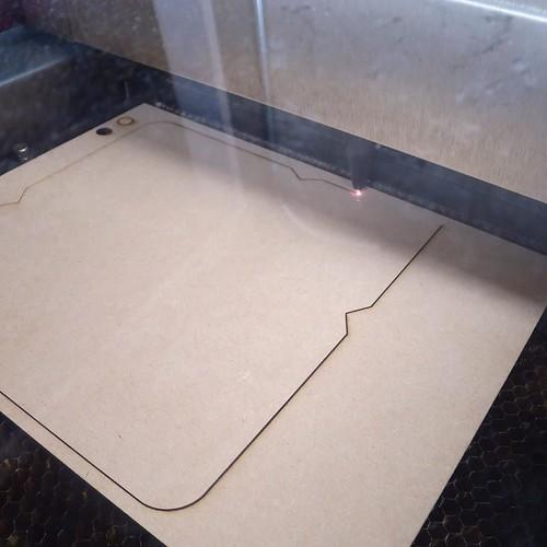 今回は大量に作らなければならないので、スピードアップのためにラスターをつかわずにベクターのみ。塗りがなくて線のみ。2種類のカットで、彫りも表現、と。だからアリも塗りじゃなくて線、と。