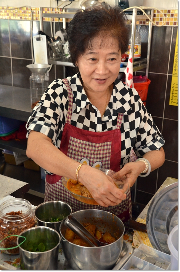 Lady Boss of Moon De Moon Curry Mee