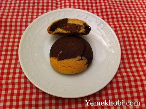 iki renkli çikolatalı kurabiye