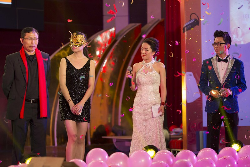 Los presentadores de la cena de Año Nuevo chino de mi empresa sobre el escenario.