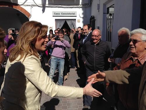 Saludando a su llegada a un Vecino de Albanchez.