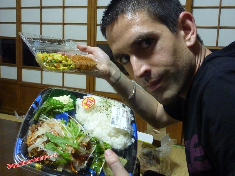 P1060527 Cenando en el ryokan Kashima Honkan (Fukuoka) 12-07-2010 copia