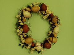 branch(0.0), christmas decoration(0.0), produce(0.0), circle(0.0), necklace(0.0), twig(0.0), bead(0.0), flower(1.0), brown(1.0), green(1.0), wreath(1.0),