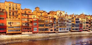 La primera imagen del Barrio Viejo es el mosaico colorista de las casas sobre el río Onyar.