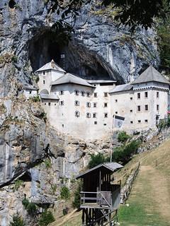 Afbeelding van Predjama Castle in de buurt van Bukovje. slovenia postojna predjama