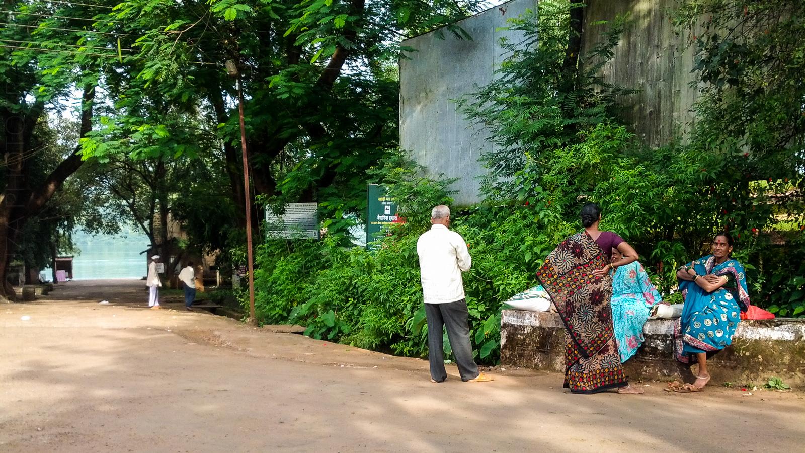 Bamnoli folk waiting for the bus