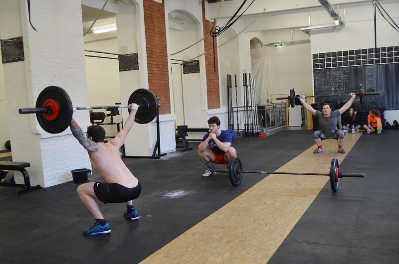 chicos de CrossFit Icke haciendo overhead squats