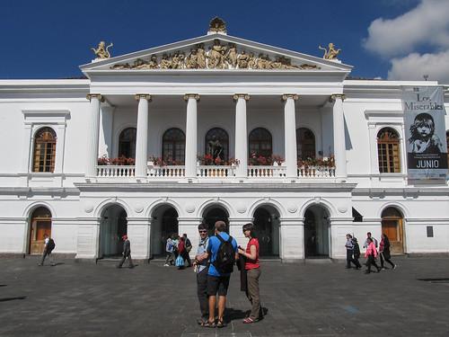 Quito: el Plaza del Teatro Nacional. Qu'ils sont beaux les cocos en avant-plan !