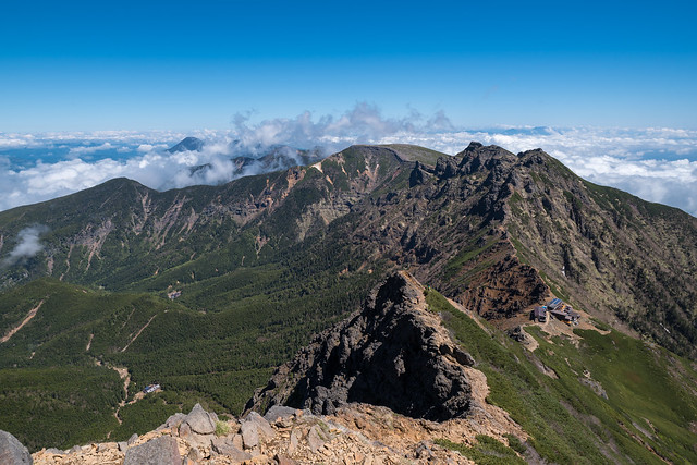 八ヶ岳連峰の山々を眺めながら赤岳天望荘へ下る