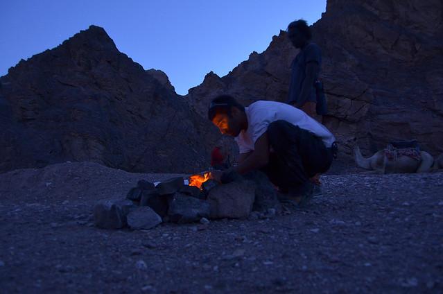 Preparando la cena en el desierto