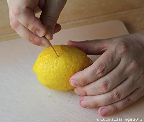 Zitronenhuhn Zitrone anstechen