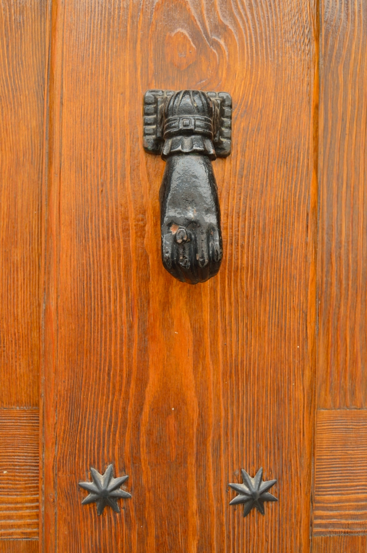 lara-vazquez-madlula-the-door-knocker