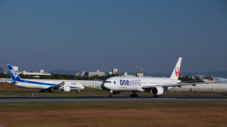 JAL Boeing 777-300 and ANA Boeing 787-9 at Osaka International Airport(ITM/RJOO)