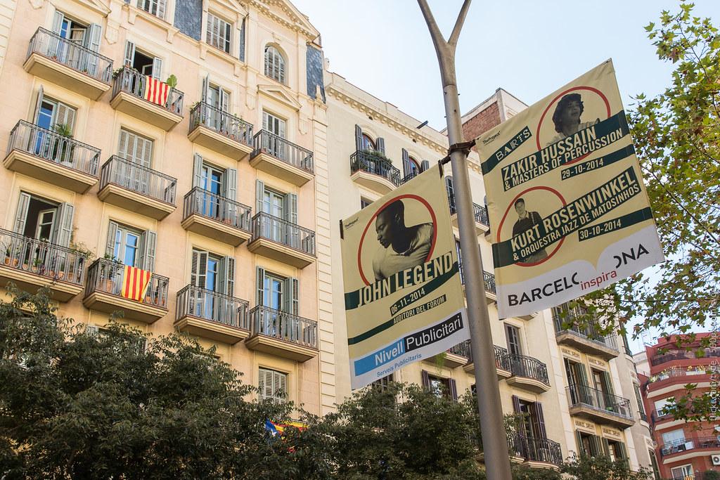 Флаги Каталонии и афиши в Барселоне