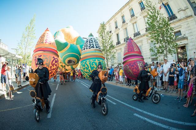 La Grande parade d'ouverture des compagnies du #OFF16, emmenées par Picto Facto