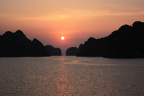 Sunset on Ha Long Bay. Almost perfect alignment