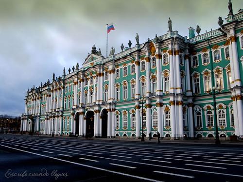 El Museo del Hermitage, ubicado a orillas del Río Neba, engloba un total de seis ediicios entre los que se encuentra el antiguo Palacio de invierno, residencia oficial de los antiguos zares de Rusia.