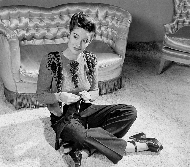 1940's-Woman-Knitting