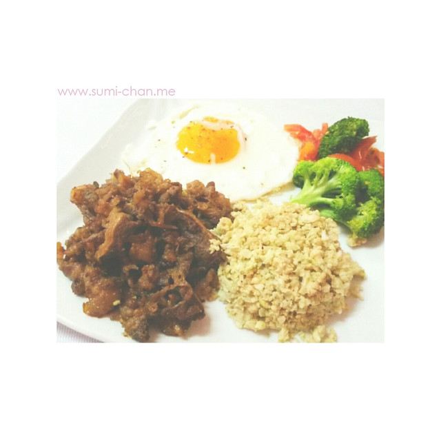 Angus beef tapa, cauliflower rice, sunny side-up egg with dried basil and oregano, and grilled tomatoes and broccoli