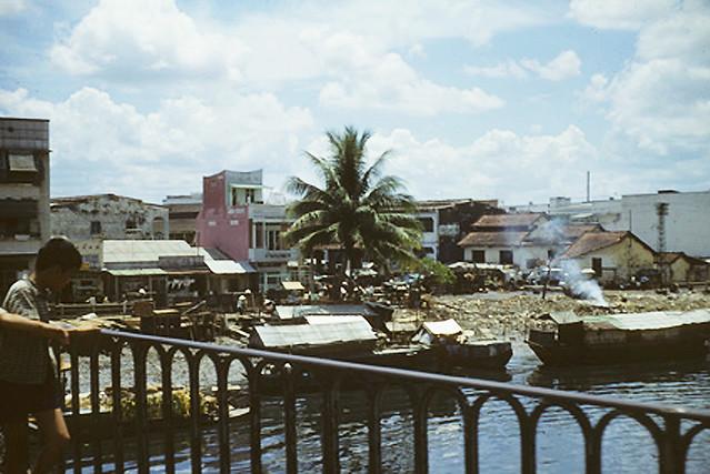 1967 Saigon canal - slums - CẦU THỊ NGHÈ và khu vực phía sau Chợ Thị Nghè