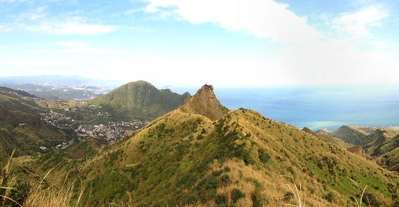 爬到一半往回拍個茶壺山全景。
