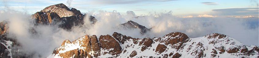 Skitouren in Marokko, Hoher Atlas. Jebel Toubkal, 4167 m, im letzten Abendlicht, vom Ras-n-Ouanoukrim, 4083 m. Foto: Günther Härter.