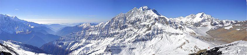 Dhaulagiri Circuit. Panorama vom Gipfel des Dhampus Peak, 6012 m. Ganz oben der Gipfel des Dhaulagiri 1, 8167 m, rechts das Hidden Valley mit French Col und Dhampus Pass, links das tiefeingeschnittenen Khali Gandaki. Foto: Günter Burmester.