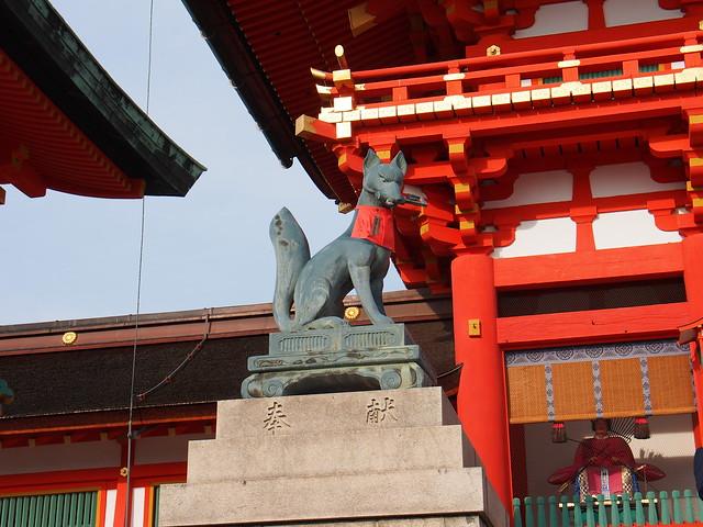 伏見稻荷大社左側狐狸雕像