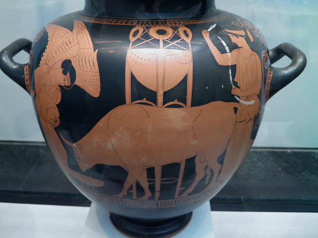 Attic red-figure amphora depicting Nike preparing a bull for sacrifice, Staatliche Antikensammlungen, Munich