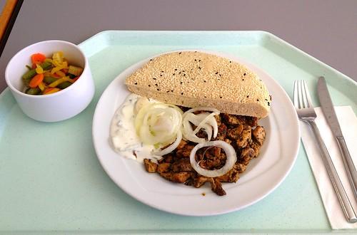 Gyros vom Schwein mit Tzatziki, frischen Zwiebeln & Fladenbrot / Pork gyros with tzatziki, fresh onions & pita