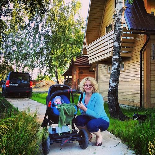Настя с тётей Мариечкой гуляет на даче. Хорошо тут!