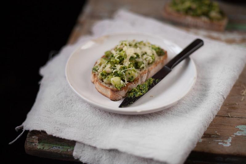 crostinis de feijão branco com pesto de salsa e alcaparra