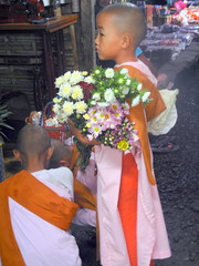 Nyaung shwe market - novice nun with flowers