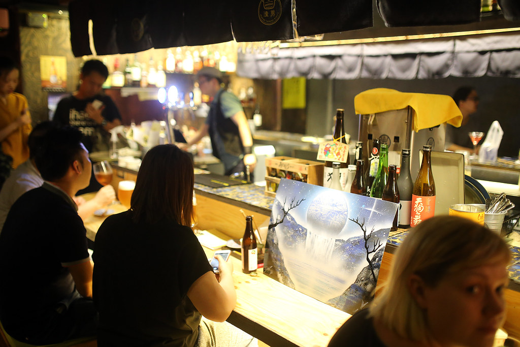 Taipei, Taiwan / Sigma 35mm F1.4 / Canon 6D 有一天晚上和同事去居酒屋喝酒,離開的時候回頭看到一幅很亮眼的畫,但是卻是放在吧台上。  我拍的角度就是當時看到的畫面,那幅畫好特別,一直吸引著我的目光。  但也可能那時候我醉了,只是看著看著我的心情變得好平靜。  所以這幅畫有解酒的功能?而且非常剛好的有拍到作者簽名!  Canon 6D Sigma 35mm F1.4 DG HSM Art IMG_0380  -----BEGIN PGP MESSAGE----- Version: GnuPG v1  hQIMA4wNNOdOIXh8ARAA1IMpNZH3pV0RvBeQ827KKf+s3IQ/+ty3C7LS4sAJW2+5B3pYhp2IsAyucsSf/c8Ak81WjKjNaSySksJ89ho3N3bvF517L9wBpvUm4nlVeuS15PCsz3fMABZj2lzUfONgWjadhwOaST5F2qzoHyR/gzTvKojd8Ab3RM7JKWjTpgD9jiuJqG5UhyQOplZhrd8g2h1GlQj5fWlZRyjyp1N8UT+CCJlehh7JEAGMyb6xLx1XXcYKYV/WsGVBbkvDFbrFH+zjhmxdRJX0TbtvrTM8M2ONVsTlLkgD9nE4CSUzxHax+eg1vRGNyB6NUhCNopSQa0rD8W0/hG78ge9CfW6N5LsifR4VV1Dz9YS6PSvPAhk9FktXiQ7UcxV3CV2LCw9iomYVvcy1v9DZo9MZwW1x1PLkyiMsroTyk0rFD5yLUDlKJiKLpVNYF6k0++DoemezZhUGIHE7jZmhGlQiMHHMqogjKDyyygdzAbbUkiL/zlkHNhCGEb+E8BRi5eHpYjD8o/Hs5JD4ye9mR+1dtwJJWyYyKnmLBca/bbPJTcfqw/deQq9pfkpvsa5fmz76h2D7yY1qh1I66/TyqjNwSRkY7jJuAaoZ0teSjTBxbiXsRJojRcHi5WekidsEMKhZMIZ4tCLeHWMe1ZZ06rmFsWNwN1XBvZGFUkO0rwUtcg3l9VPSwGcBZI08cKB6aHmGPFJcsmPBJFKEGETkr1LnrFqIiiAglsldOCNKQcfLZZrVUR7LfL1uIYobLIeMIvowm/1L7fBrLdYDvBrC+Jre5tiPtGCofFpZvLkgcqWREtm8ucyyCuyTvRh8PNwr3JJkz95kDTYcDClYStVGW7gCh6u+M8miDafC4QrzFpErnh5jOMsXQnXFwCsbJJ10Q1oGTTTCbYb+dvxCEBFU9tmrkiam59PWC/ao0kuwPuLksralc8BM1airVpYRtBKU/R0/DFhaf9/21rn2oclCfJkMEJUoBgB+P39l/LkqUZJpfbPx53v31BpPnOtt+xxfDrYByqJfyK7cwrhseAC9z3Nea6QLwZS42ai8Kme3atnjcwiW/8UzZ3C9oPK23ozO=iHOd -----END PGP MESSAGE----- Photo by Toomore
