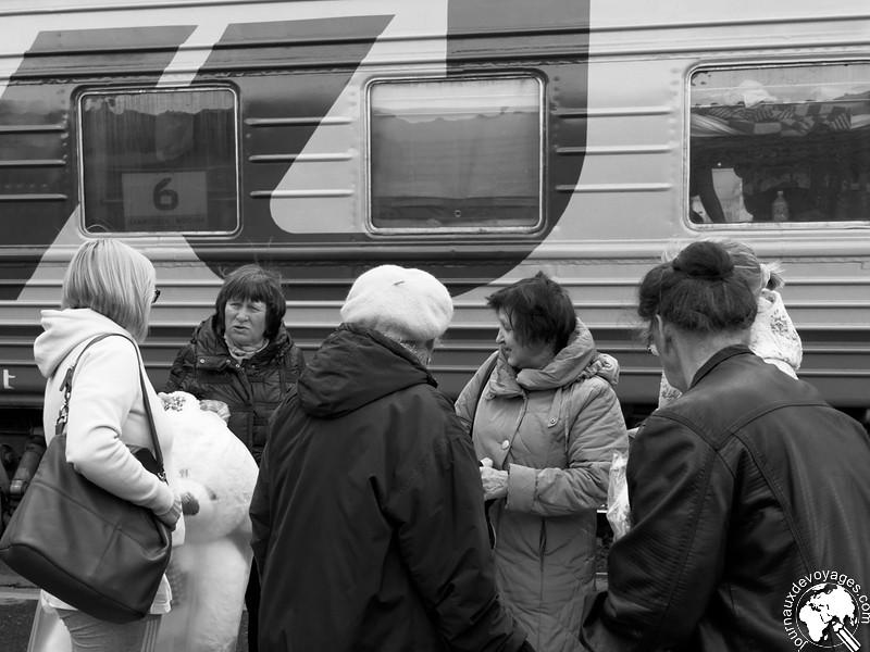 Vie animée sur les quais d'une gare du Transsibérien