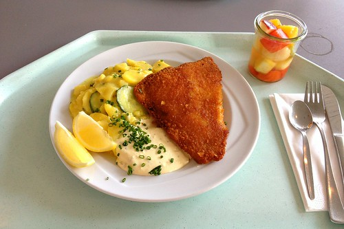Panierte Scholle mit Remoulade & Kartoffe-Gurken-Salat / Breaded plaice with remoulade & potato cucumber salad