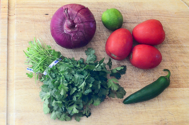 All the ingredients required to make pico de gallo.