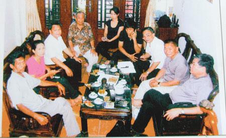 Ông Võ Tấn Hùng đang trò chuyện với cán bộ của Viện nghiên cứu tiềm năng con người.