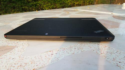 ด้านหน้าของ Lenovo ThinkPad Helix